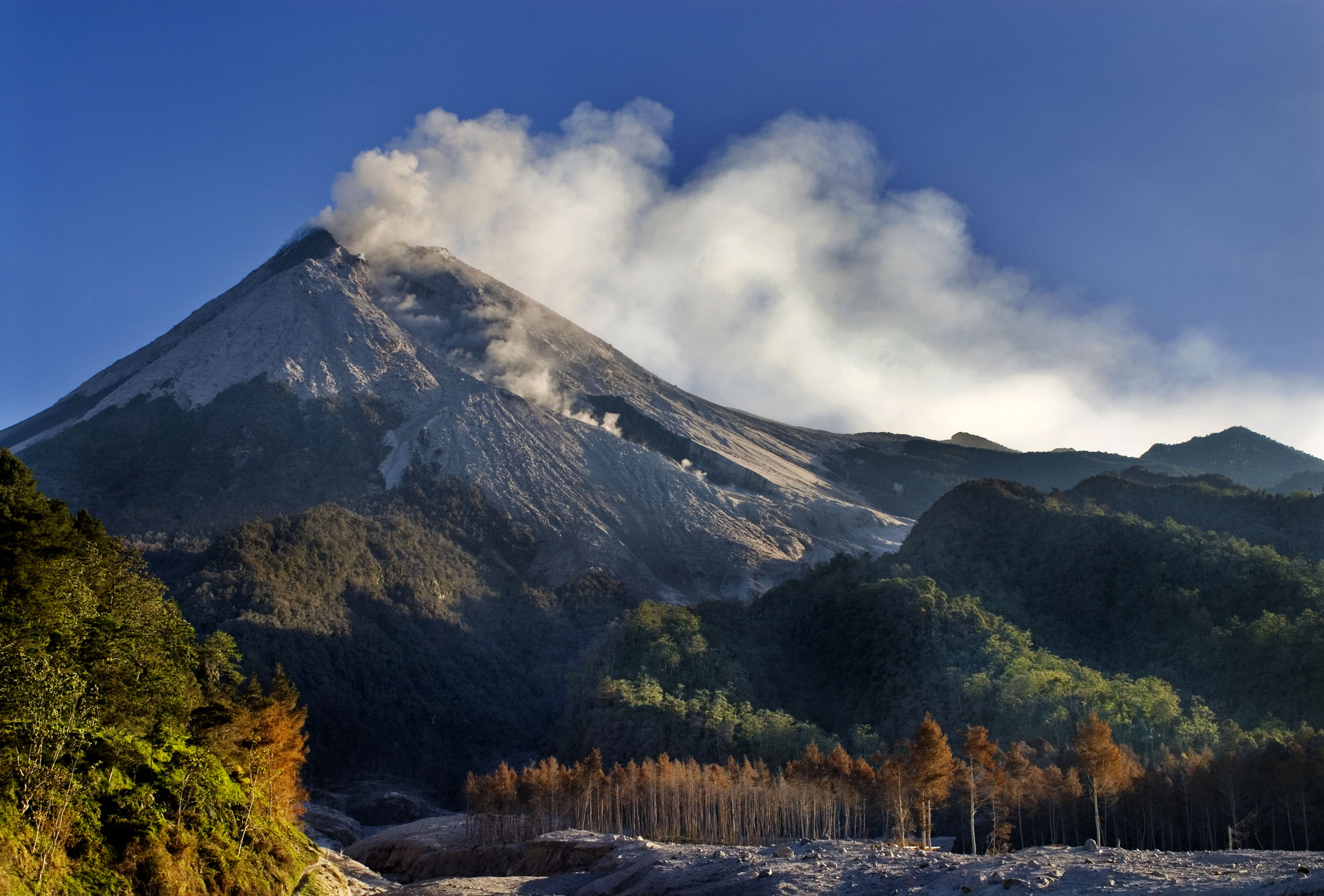 http://www.backpackerinsight.com/wp-content/uploads/2013/10/dibawah-kaki-gunung-merapi.jpg